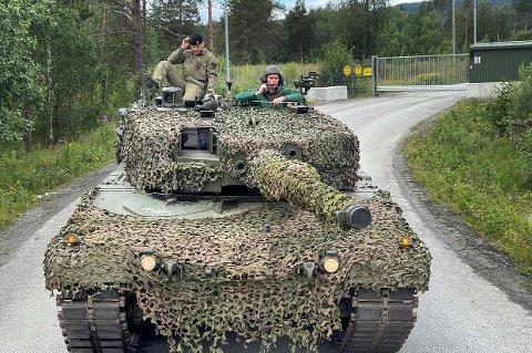 RULLER FRAM: Her får Sp-nestleder Ola Borten Moe være med på kjøretur i stridsvogn i Indre Troms.