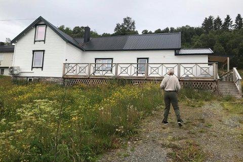 FERIESTED: Maria Haukaas Mittet på vei opp til sitt nye feriehus i Botnhamn, som hun foreløpig ikke har rukket å flytte inn i.