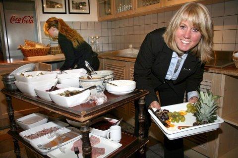 TAKK FOR MATEN: Hotelldirektør Karina Grønvoll stengte restauranten da koronaen kom. Det ga positivt resultat.