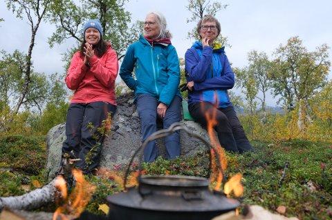 BÅLKOS: Daglig leder Lin Einarsdotter Olsen i Troms Turlag fryder seg over naturgaven fra Amy og Ingrid Holtan.