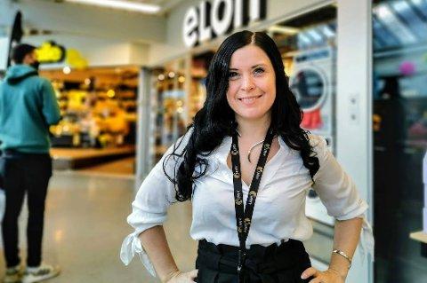 RØRT: Senterleder Elisabeth Karlsen i AMFI Pyramiden i Tromsdalen sier hun er rørt av engasjementet fra folk.