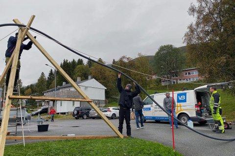 HØYTRYKKSVAKTA HØYT OG LAVT: Da et boligområde på Berg utenfor Tromsø sto uten vann måtte Høytrykksvakta til pers og berge midlertidig vannforsyning. Den vannledningen gikk både høyt og lavt.