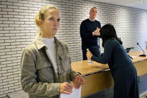 SMITTEBREMS: Kommuneoverlege Elisabeth Skogheim i Senja kommune sier smitten skal bremses, men forventer flere tilfeller. Ordfører Tom-Rune Eliseussen (i bakgrunnen) spriter sin hender etter pressekonferansen mandag.