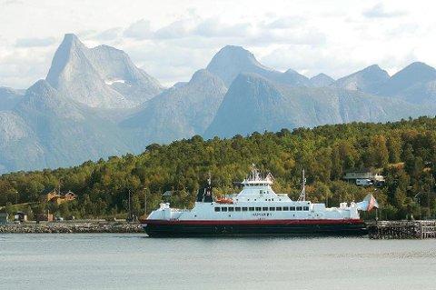 Bilferga Hamarøy tar seg godt ut der den ligger ved kai på Bognes i storslåtte omgivelser og med nasjonalfjellet Stetind som bakgrunn. (Foto: Øyvind A. Olsen)