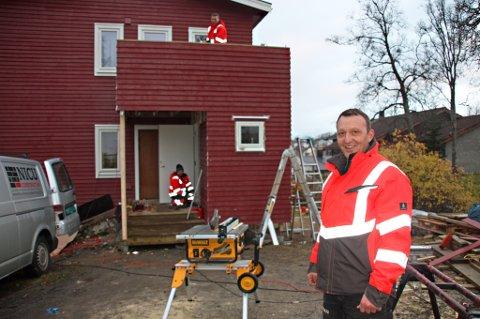 BYGGER SEG OPP: Nicolai Grigore er i ferd med å bygge firmaet sitt opp i Tromsø. På få år har rumeneren etablert et selskap som nå gir arbeid til 14 av hans landsmenn. Blant dem er Toni Bordas og Gigi Boglaru, som her er i ferd med å renovere en enebolig ved Alfheim.