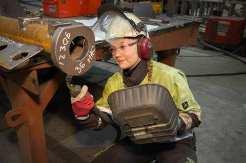 FÅ DAMER: Marte Forsbø er andreårslærling og en av få kvinner som jobber i produksjonen i Momek-konsernet. - Jeg trives godt blant gutta, sier hun.