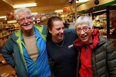 BEST HER: Jon Erik Johannessen og Bente Stubberud (t.h.) svikter ikke sin lokale kjøpmann Veronica Stensrud - uansett priser.