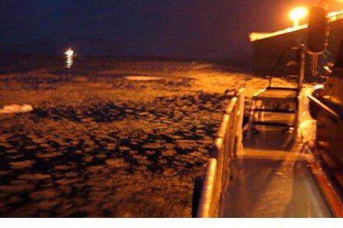 Det var betydelig mengde is og issørpe tett inntil lenseringen rundt skipene mens omlastingen til Norterminal Kirkenes pågikk da Miljødirektoratet var på kontroll. Foto: Rune Andersen, Miljødirektoratet