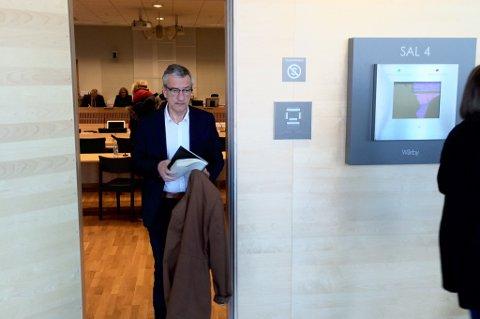 He er Boris Benulic på vei ut av rettsalen etter første dag i Kraft&Kultur-saken.