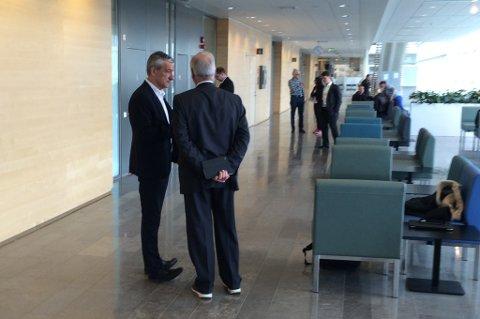 Boris Benulic i samtale med sine advokater.