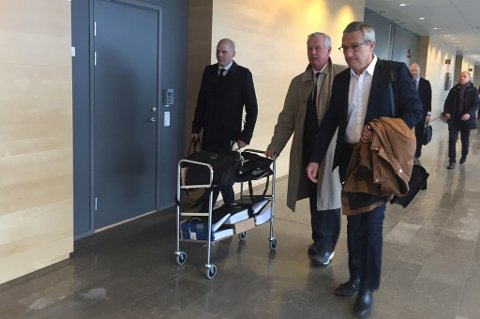Boris Benulic på vei inn i retten sammen med sine advokater.