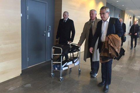 RETTSSAKEN I GANG: Boris Benulic på vei inn i retten sammen med sine advokater mandag. Foto: Linda Vaeng Sæbbe