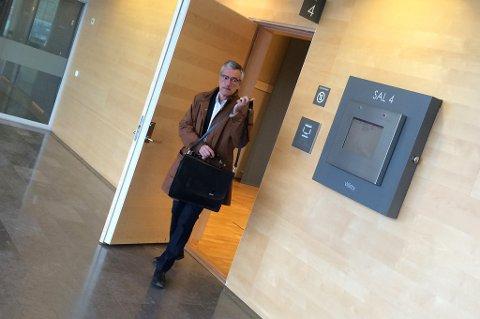 TILTALT: Boris Benulic på vei ut av døren i rettssal 4 i Södertörns tingsrätt. Foto: Rune Endresen