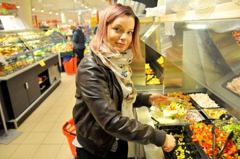 LIKER SALATBAREN: Vivian Hauge (24) handler ofte på Rema, men er svak for utvalget i salatbaren hos Europris i Storgata. – Pris er viktig, men god service er enda viktigere, slår 24-åringen fast.  Foto: Magnus Aamo Holte