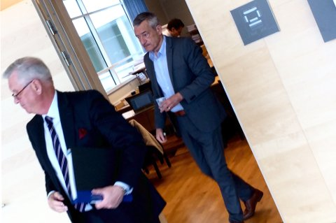 SER BORT: Boris Benulic på vei ut av rettssal 4 i Södertörns tingsrätt utenfor Stockholm. I forgrunnen: Forsvarer Hans Strandberg. Foto: Rune Endresen