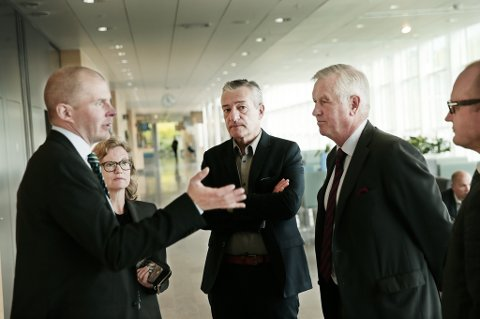 PÅ GANGEN: Olle Kullinger (Benulics forsvarer), Christina Bergenstein (forsvarer for Pierre Sjöö), Boris Benulic og Hans Strandberg (Benulics forsvarer). Foto: Torgrim Rath Olsen