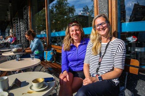 IKKE BEKYMRET: Venninnene Jasmine Goodnow og Lena Aarekol nyter heller solen enn å bekymre seg over det bekmørke aksjemarkedet. Foto: Yngve Olsen Sæbbe  Foto: Yngve Olsen Sæbbe