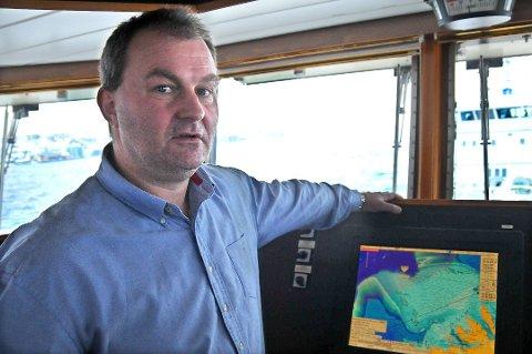 """LETTERE: Frem til nå har kaptein Harald Magne Iversen på """"Arctic Swan"""" måtte ringe til Kystvakta og Bruksvakta for å få informasjonen han trenger. Deretter har han måtte skrive informasjonen enkeltvis inn i kartplotteren. Nå blir prosessen mye enklere. (Foto: Magnus Aamo Holte)"""