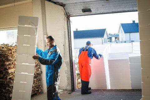 KASSE PÅ KASSE. Isoporkasser på vei inn på lageret hos Saga Fisk i Svolvær.