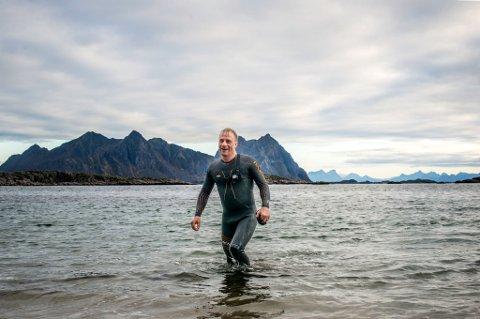 FRISK DUKKERT: Erling Santi Falch stiger opp av vannet etter en treningstur i havet.