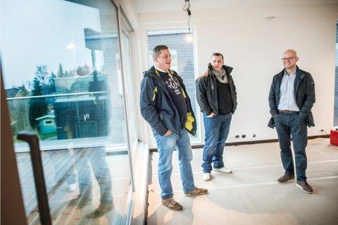 BYGGER DRØMMER: Svein-Ole Wilsgaard, markedssjef Raymond Andersen og byggmester Kai Inderberg i en enebolig som snart skal overleveres de nye eierne.