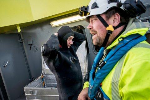 KLAR FOR JOBB: Pål Abelsen gjør seg klar for dykk. John B. Kildahl følger med.