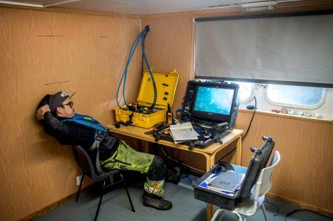 FØLGER MED:  Philip Hågensen følger på skjerm i dykkerbåten, mens det bores på havets bunn.