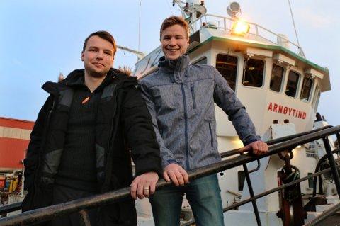 FISKERFAMILIE:  Kristoffer Mikkelsen (26) og Martin Karlsen er en del av en fiskerfamilie med minst 120 års historie på Arnøya.