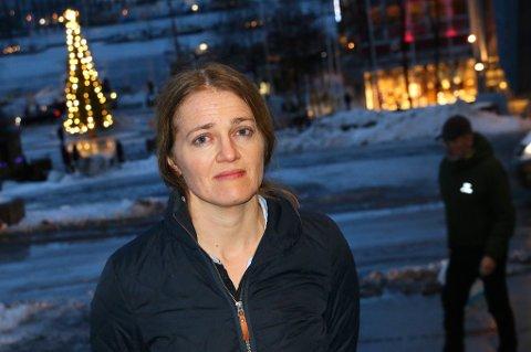 GRANSKER: Dokumentarist Hanne Johnsen har gravd i detaljene omkring skytebanen i Tromsdalen i lang tid. Hun anslår at det vil koste minst 200 millioner kroner å sanere skytebaneområdet i Tromsdalen.