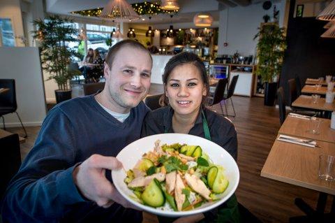 FORNØYDE: Samboerne Knut-Åge Vargren og Thi Nhung Nguyen er to av eierne bak restaurant Suvi. Nguyen er også daglig leder ved spisestedet.