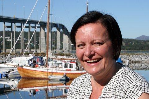 Rita Karlsen ved brua til «gullgrua» Senja.