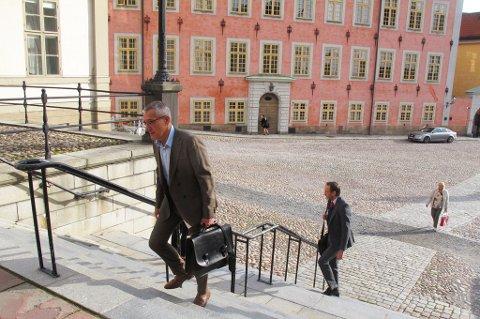ANKOMMER: Boris Benulic, milliardsvindeltiltalt, ankommer Svea hovrätt i Stockholm alene, tirsdag morgen.