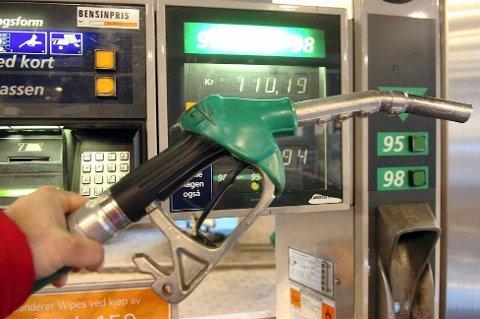 AVGIFT: Tromsøværingene betaler i dag en avgift på 97 øre per liter drivstoff. I realiteten er regningen høyere, det legges moms på avgiften.