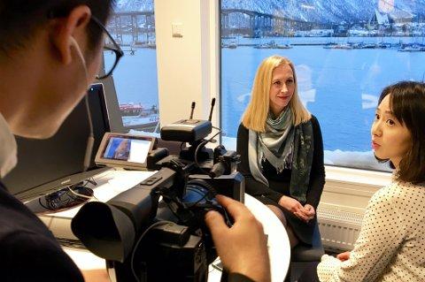 NYE TIDER: Renate Larsen (direktør i Sjømatrådet) blir intervjuet av kinesisk TV. Journalisten heter Zheng Yuan fra Shenzhen Satelitte TV.