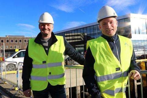 FULL GASS: Ronny Lilleng og TobiasAppelbomopplever en helt utrolig vekst for sitt nye firma - CB Partner as. Her foran den nye havneterminalen - en av mange plasser de har oppdrag.