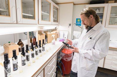 Hovedtillitsvalgt Kjetil Kristiansen på laben.
