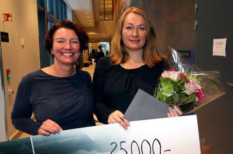 Eva Monica Hestvik fra Mo Industripark (t.v.) og vinner Dragon Minders ved Mia Finnestrand.