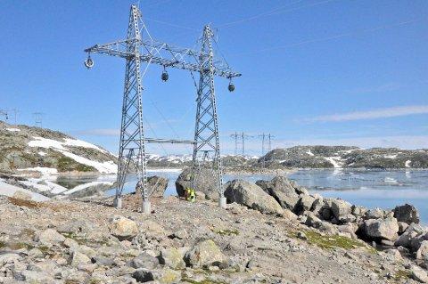 KRAFTLINJE: Den nye 420 kV-linja  er på over 500 kilometer og berører 15 kommuner. Nå kan kommunene stå igjen uten inntekter.