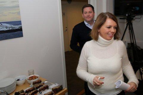PÅ TUR INN: Kommunikasjonsdirektør Anne Marit Bjørnflaten og konsernsjef Daniel Skjeldam i bakgrunnen
