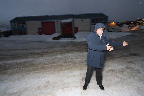 VIND OG BLÅST: Oddbjørn Berg i Tiger Eiendom foran eiendommen som er solgt på Skattøra.