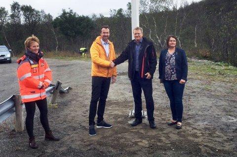 Her merkerer fylkesråd Ivar B. Prestbakmo og Skjervøy-ordfører Ørjan Albrigtsen at arbeidet med Langbakken er i gang. Foto: Troms fylkeskommune