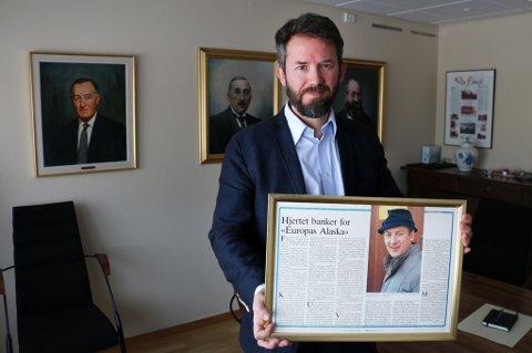 FEMTE GENERASJON: Ivar B. Austad holder et fotografi av faren Arne Tinus Austad som etter hvert skal opp på veggen som maleri – sammen med de tre foregående sjefene i Austad-familien.