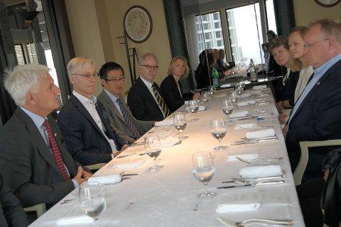 Her er Morten Lind-Olsen i Dualog på toppmøte med japanske kolleger og fiskeriminister Per Sandberg (Frp).