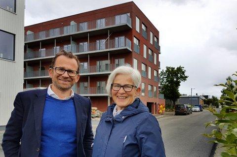 KLAR FOR OVERLVERING: Even Liahjell (administrerende direktør) og Irene Valstad Simonsen (styreleder) i kommunale Arnestedet Eiendom as kan nå overlevere de første 15 leilighetene i Mellomvegen 33.