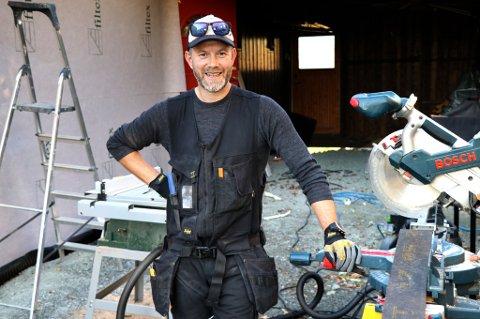 NY RETNING: Leif Egil Holbæk-Hanssen - utdannet geolog - ble lei av oljebransjen. Nå har han startet snekkerfirmaet Tinden Byggservice AS.