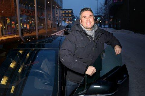 """BILBRANSJENS """"DIESEL-MOMENT"""": Å kjøpe Tesla ser han på som et bidra til å presse hele bilbransjen over i et grønnere spor. Emil Rakoczy sammenligner det med fotogiganten Kodak, som gikk konkurs på den digitale revolusjonen de selv startet."""