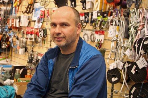 TILPASSET SEG: Stein Otto Ingebrigtsen, innehaver og daglig leder av Friluftsbutikken, har tilpasset seg etter at butikken måtte flytte.