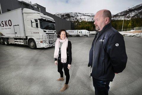 - STILLER KRAV: Grete Ovanger, her med distribusjonssjef i Asko Nord, Johnny Johannessen.