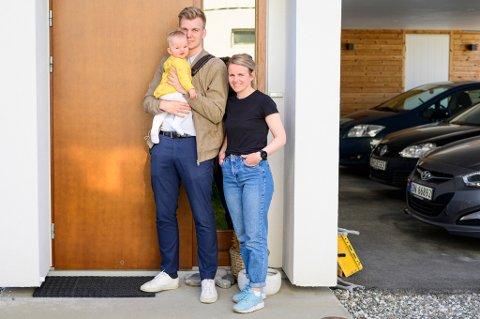 FRA BODØ TIL TROMSØ: Familien er vant med bompenger fra Bodø. Nå får de også bompenger i Tromsø, uten at de lar seg stresse av det. Thea Holst og Jørgen Heggelund med datteren Lotta.