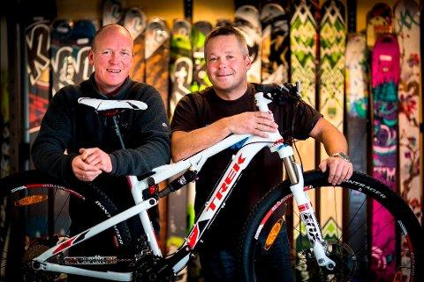 GOD BUTIKK: Pål Kristiansen og Totto Eriksen driver Tromsø ski og sykkel. Mens det har vært lagersalg hos de store konkurrentene, har de holdt jevnt god omsetning.